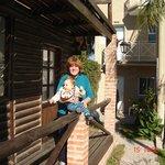 Abuela y nieto en el frente de cabañas y departamentos