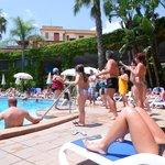 grande ma anche con tanti ospiti piscina molto spaziosa