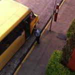 Los autobuses se detienen y arrancan justo frente al Hotel