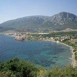 Bucht mit Ergin-Pension, Blick auf Berge und Meer - von Wandern bis Wassersport