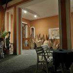 Eingangsbereich am Abend bei einem Gläschen Wein (und sogar Gesangseinlagen der Gäste)