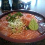 menu E assortiment saumon et thon sur riz vinaigré beau et  délicieux