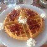 waffle con marmellata e panna montata