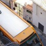 il mini bus di linea che passa davanti l'Hotel