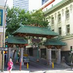 Poort naar China Town, naast hotel Astoria