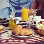Le petit déjeuner, incroyablement copieux, msemmen, patisseries, gateaux maison...