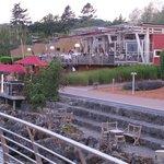 vue sur la terrasse du restaurant et du bar extérieur
