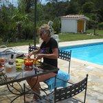 repas au bord de la piscine