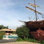 La piscine et son bateau pirate