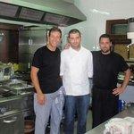 Nuestro chef Isaac Martínez Márquez y su equipo Ismael Román y José Manuel Galafate. :-)