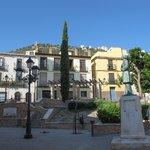 Plaza de San Juan con el Castillo y La Cruz al fondo.