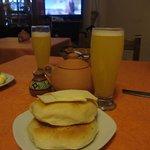 Café da manhã com sucos e pães