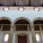 vista del interior , bajo la galeria el via crusis en relieves