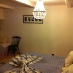 Ett av rummen i kvällsbelysning.