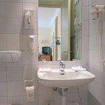 Hôtel Alpes et Lac: Bathroom in Street-View Room