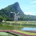Scorcio del parco con uno scorcio della montagna con il Buddha gigante