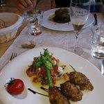 Pavé de thon grillé, croquettes de courgettes, huile vierge à la feta et olives noires