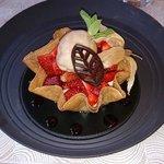 Corolle de fraises et framboises de chez Burban, mousseline à l'absinthe et glace réglisse
