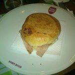 L'imbarazzante presentazione del panino hamburger-prosciutto-provola-maionese.