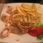 frittura calamari, servita con patate fritte e riso