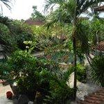 Uitzicht vanuit hotelkamer op zwembad