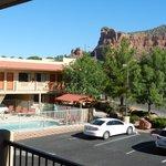 Uitzicht vanaf hotelkamer op zwembad