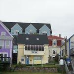 Sail Inn ist das Haus mit dem roten Dach am rechten Rand