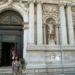 La puerta principal con dos de sus estatuas