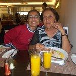 Eu e a minha mãe jantando.