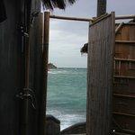 Dusche im Freien mit Blick auf das offene Meer