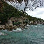 Blick auf die Bucht mit den Bamboohuts