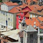 Hotellet och dess placering sett från klocktornet i Split