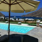 vue de la baie depuis la piscine de l'hôtel