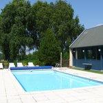 Pool etwas umstänlich erreichbar. Genügend Platz, Liegen und Sonnenschirme.
