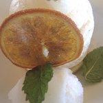 Postre - Mouse de choco.blanco con helado de gintonic
