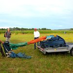 La préparation de la, montgolfière commence, il faut mettre au sol la montgolfière et l'étendre