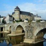 Laval : le vieux pont et le château
