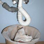 In camera il lavandino perde: il cestino dei rifiuto raccoglie l'acqua