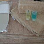 Set asciugamani/ciabatte/shampoo/docciaschiuma
