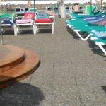 todas las tumbonas ocupadas sin nadie una hora antes de abrir la piscina