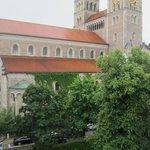 Вид из общего балкона на соседнюю церковь