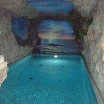 Exceptionnelle piscine dans une grotte