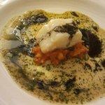 Bacalao en salsa verde y vinagreta de tinta con sofrito