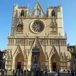 la cathédrale St Jean et sa façade rénovée