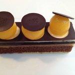 biscuit Sacher (chocolat et amande), gelée et sorbet d'abricot, mousse de vanille