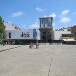 культурный центр. слева, где зелень, вход в отель и столики где очень приятно пить кофе вечерком