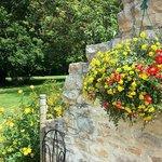 Un parc arboré et fleuri