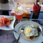 コテージのテラスで朝食(ナシゴレンと、フルーツと、ジュース)
