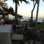 le restaurant dans un jardin sur la mer