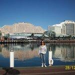 VIsta do hotel e restaurantes no porto de Sydney